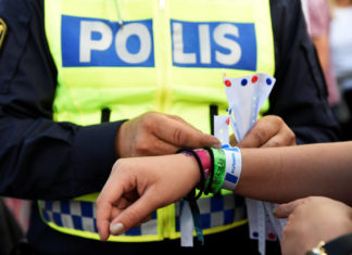 Safety at music festivals: A police officer attaches a bracelet to a visitor's wrist, as part of the Swedish police summer campaign to make the problem of sexual harassment among young people visible, at Bravalla Festival in Norrkoping, Sweden July 1, 2016. Five rapes and a number of sexual assaults were reported at the popular Bravalla Festival over the weekend. TT News Agency/Izabelle Nordfjell/via REUTERS ATTENTION EDITORS - THIS IMAGE WAS PROVIDED BY A THIRD PARTY. FOR EDITORIAL USE ONLY. SWEDEN OUT. NO COMMERCIAL OR EDITORIAL SALES IN SWEDEN. NO COMMERCIAL SALES.